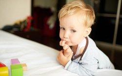 Что делать, если ваш ребенок сосет пальцы и грызёт ногти?